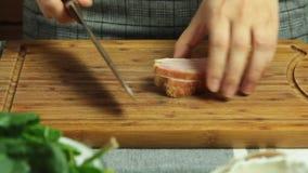 Cocinar receta de la quiche y el corte del tocino metrajes
