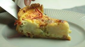Cocinar receta de la quiche y el corte de la rebanada almacen de metraje de vídeo