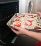 Cocinar un pescado fresco en horno Fotografía de archivo