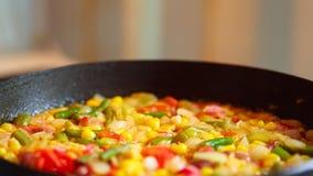 Cocinar verduras congeladas en una cacerola Imágenes de archivo libres de regalías