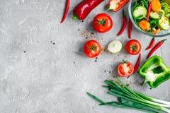 Cocinar verduras en la opinión superior del fondo de piedra imagen de archivo