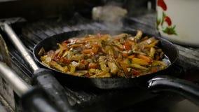 Cocinar verduras y el prendedero de la pechuga de pollo en cacerola metrajes