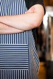 Cocine a Closeup en la cocina con los brazos cruzados Imagen de archivo