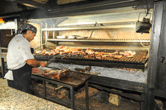 Cocine en la parrilla del Bbq en un restaurante de Mendoza, la Argentina Imagen de archivo