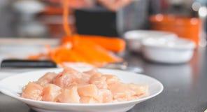 Cocine freír el pollo en una cacerola de aceite Fotos de archivo