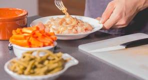 Cocine freír el pollo en una cacerola de aceite Fotos de archivo libres de regalías