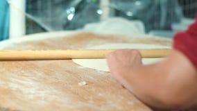 Cocine la fabricación de la torta de la pasta con el rodillo Cocinar la pizza en la panadería almacen de metraje de vídeo