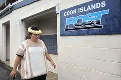 Cocine a la mujer de Islander que va a la oficina de correos de Islands del cocinero en Ava Fotografía de archivo libre de regalías
