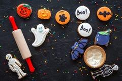 Cocine las galletas del pan de jengibre de Halloween golpean, el esqueleto, dulces del fantasma cerca del rodillo en copyspace ne Imagen de archivo libre de regalías