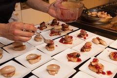 Cocine los arrancadores deliciosos preparados del canape de la cebolla de la carne y del chalote Fotografía de archivo