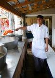Cocine sostener la langosta hervida en el restaurante de Stewman s en Maine Fotos de archivo libres de regalías