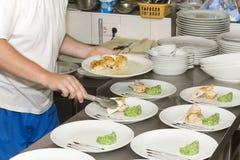 Cocine una comida en las endechas del restaurante foto de archivo libre de regalías