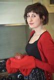 Cocinero adolescente con la magdalena Imagenes de archivo