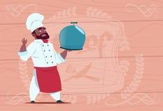 Cocinero afroamericano Holding Tray With Dish Smiling Cartoon del cocinero en el uniforme blanco del restaurante sobre de madera  ilustración del vector