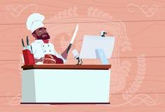 Cocinero afroamericano Making Video Blog Cookong del cocinero en el escritorio del ordenador que fluye al jefe del restaurante de libre illustration