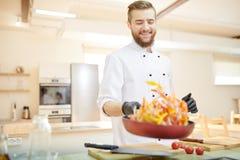 Cocinero alegre Holding Frying Pan imagenes de archivo