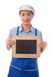 Cocinero, ama de casa que muestra la pizarra en blanco de la muestra del menú o la muestra en blanco fotografía de archivo