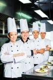 Cocinero asiático en cocinar de la cocina del restaurante Imágenes de archivo libres de regalías
