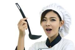 Cocinero Asian del cocinero de la mujer con la cuchara de madera En blanco Imágenes de archivo libres de regalías
