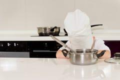 Cocinero cansado que pone la cabeza abajo en la tabla Imagen de archivo