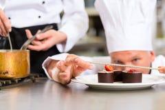 Cocinero como Patissier que cocina en postre del restaurante fotos de archivo