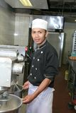 Cocinero con la máquina del mezclador Imágenes de archivo libres de regalías