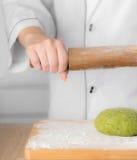 Cocinero con un rodillo foto de archivo