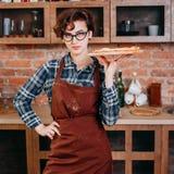 Cocinero confiado de la mujer con la pizza recientemente cocida foto de archivo libre de regalías