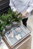 Cocinero Cut Rosemary Leaves por el cuchillo para hacer a Rosemary Oil Foto de archivo libre de regalías