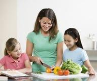 Cocinero de la madre con las hijas Fotos de archivo libres de regalías