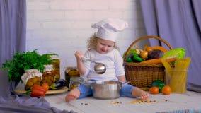 Cocinero de la muchacha que cocina verduras frescas Concepto sano del alimento