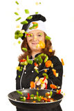 Cocinero de la mujer que lanza verduras Imagenes de archivo