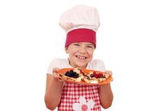Cocinero de la niña con crespones deliciosos Imagen de archivo libre de regalías