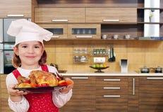 Cocinero de la niña con el pollo Fotografía de archivo