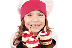 Cocinero de la niña con el retrato de la torta de la frambuesa Foto de archivo