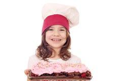 Cocinero de la niña con la torta de la fruta del bosque fotografía de archivo