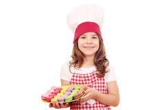 Cocinero de la niña con los macarons dulces Imagen de archivo