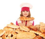 Cocinero de la niña con los pretzeles y el pan Imagenes de archivo