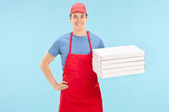 Cocinero de la pizza que sostiene un manojo de cajas Foto de archivo libre de regalías