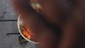 Cocinero de los cangrejos en agua con las especias y las hierbas Cangrejos hervidos calientes Primer de la langosta Visi?n superi almacen de metraje de vídeo
