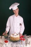 Cocinero de pasteles con la torta Imagen de archivo libre de regalías