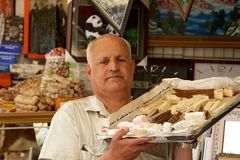 Cocinero de pasteles que lleva sus delicadezas en el bazar, Suleymani, Iraq, Oriente Medio fotos de archivo