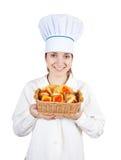 Cocinero de sexo femenino con las galletas Imagen de archivo libre de regalías
