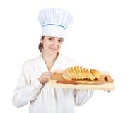 Cocinero de sexo femenino con pan de la rebanada Foto de archivo