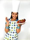 Cocinero de sexo femenino con su pollo asado fotografía de archivo libre de regalías