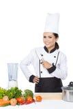 Cocinero de sexo femenino Cooking en la cocina Imágenes de archivo libres de regalías