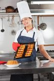 Cocinero de sexo femenino Holding Tray Of Baked Breads Imagen de archivo