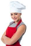 Cocinero de sexo femenino joven confiado Foto de archivo libre de regalías