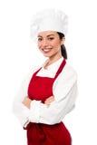 Cocinero de sexo femenino joven confiado alegre Imágenes de archivo libres de regalías