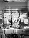 Cocinero de sexo femenino que prepara los ingredientes para hacer el postre de los pasteles en b fotografía de archivo libre de regalías